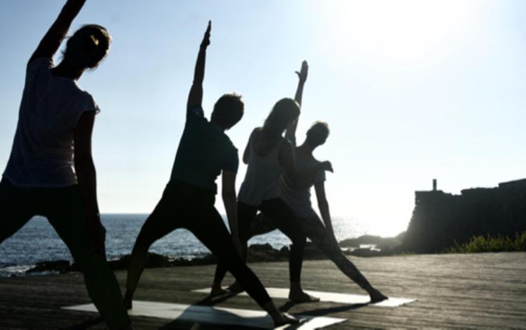 Retreaturlaub goodtimes sportreisen gmbh yogaretreat mit sophia thora strong balance yoga surf retreat