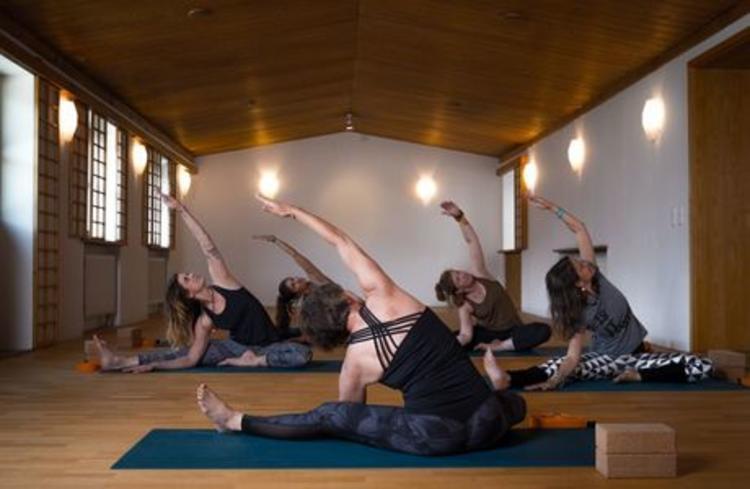 Retreaturlaub indigourlaub gmbh yoga fuer einen entspannten ruecken chiemgau