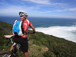 Yoga und E-Mountainbiken am Meer